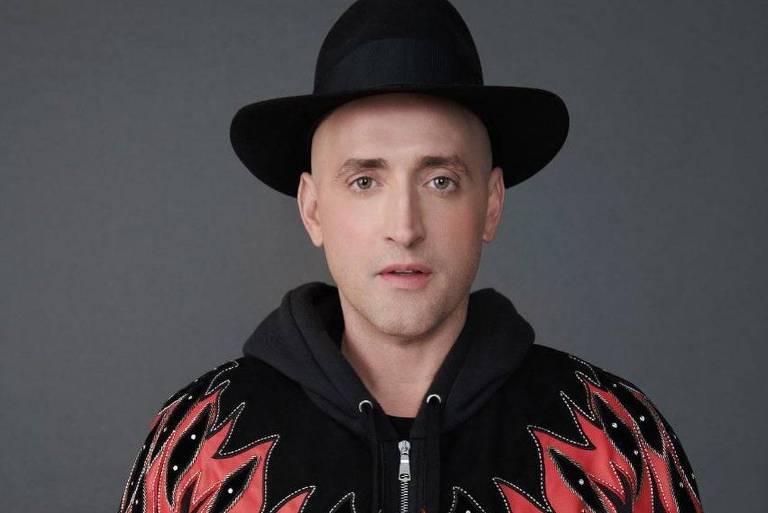 Paulo Gustavo de moletom e chapéu